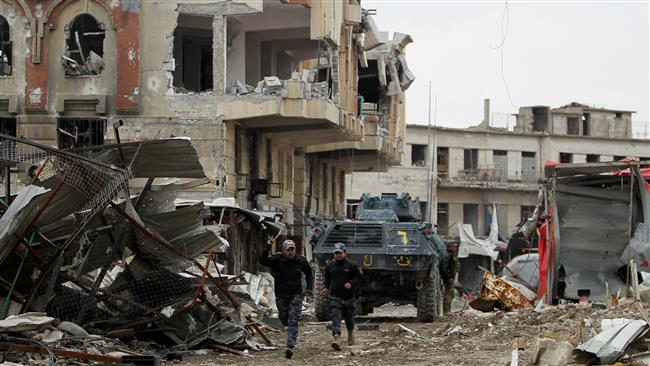 Iraqi forces, consisting of federal police and the elite Rapid Response Division, advance in the Old City in western Mosul on March 19, 2017, during the offensive to retake the city from Daesh Takfiri militants. (Photo by AFP)
