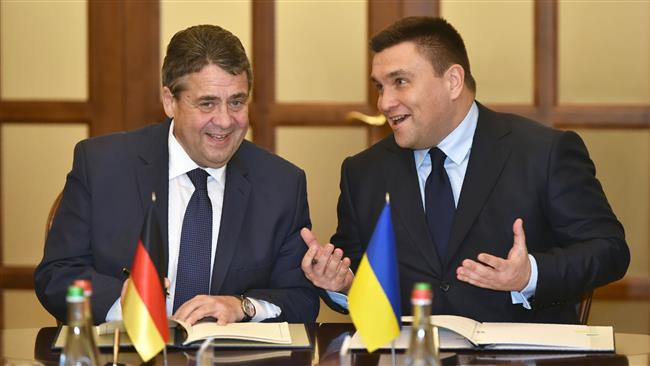 Ukrainian Minister for Foreign affair Pavlo Klimkin (R) and his German counterpart Sigmar Gabriel speak during a document signing following their meeting in Kiev on January 3, 2018. (AFP)