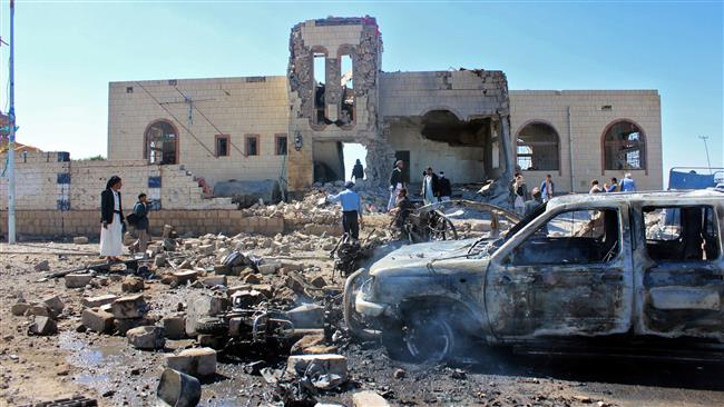Yemenis inspect damage at the site of a reported Saudi-led coalition air strike, in the northwestern Huthi-held city of Saada on December 20, 2017. (Photo by AFP)