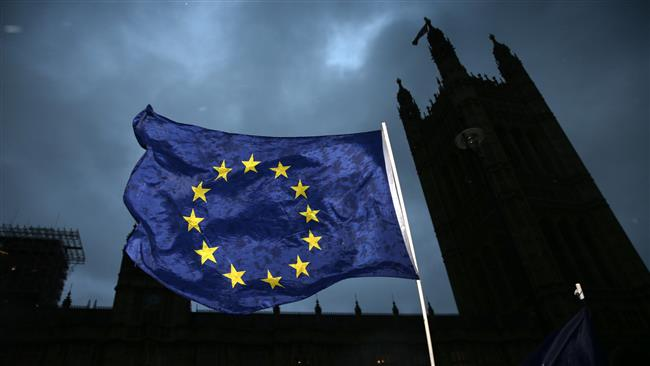 EU flag outside the Houses of Parliament in central London. © AFP