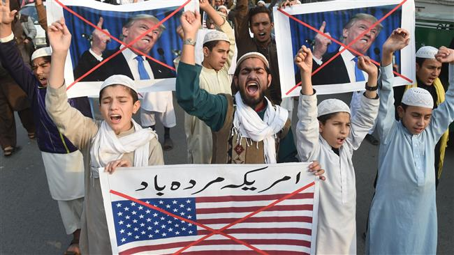 Pakistani demonstrators take part in a protest against US aid cuts in Lahore on January 5, 2018. (AFP)