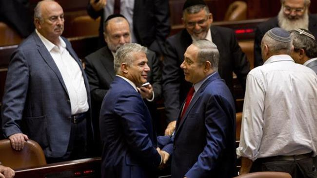 In this October 31, 2016 photo, Israeli Prime Minister Benjamin Netanyahu, (C-R), shakes hands with Yair Lapid, leader of the Yesh Atid party, during a session at the Knesset. (By AP)
