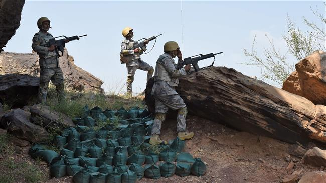 Saudi border guards keep watch along the border with Yemen in the al-Khubah area in the southern Jizan province on October 3, 2017. (AFP photo)